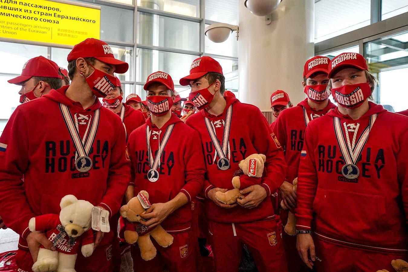 Хоккейная сборная России вернулась с ЮЧМ, её встречали с флагом и мишками. Фото