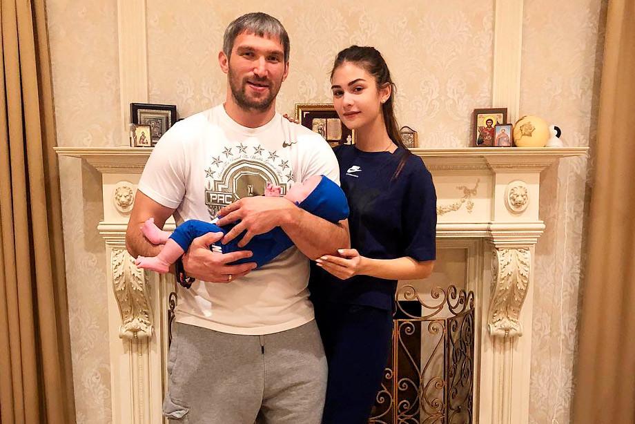 Овечкин иШубская впервый раз показали фото двухмесячного сына Сергея