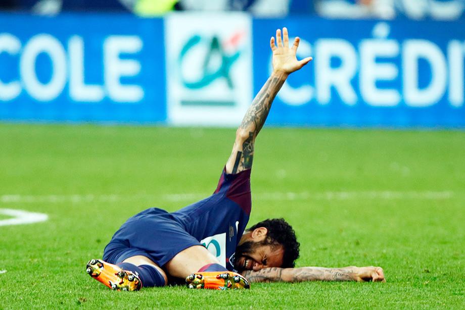 Футболист сборной Бразилии Дани Алвес пропустит ЧМ-2018 из-за травмы