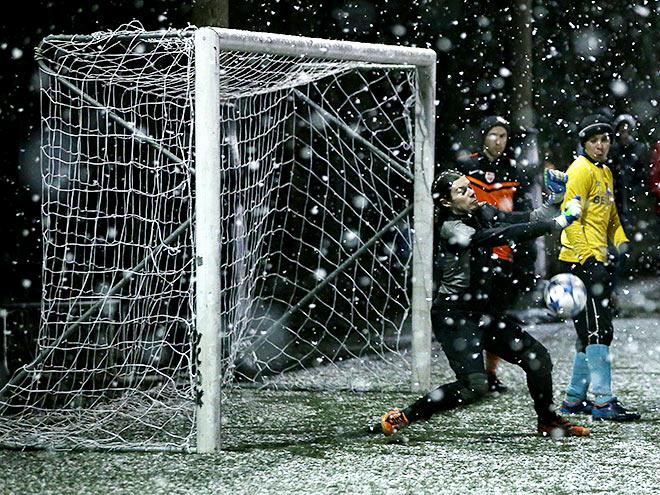 «Чемпионат» сыграл в ЛФЛ в футбол на снегу – в Москву пришла первая метель