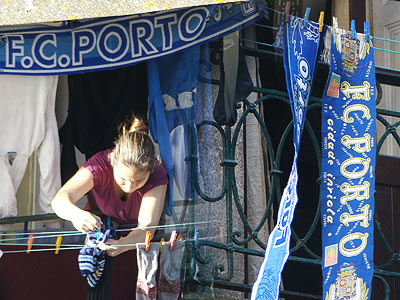 Сине-белые шарфы на балконах