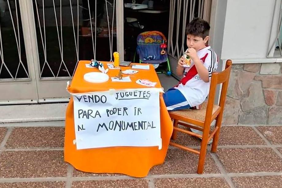 6-летний мальчик продаёт игрушки ради финала Кубка Либертадорес