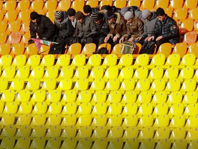 Кто не работает, тот… смотрит футбол