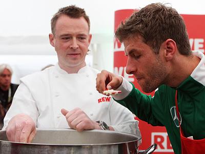 Томас Мюллер (справа) и повар сборной Германии