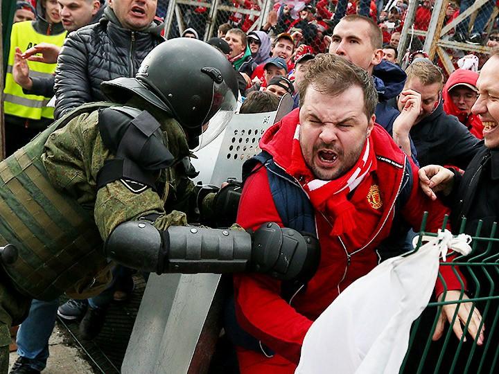 Столкновение сотрудника ОМОНа с болельщиками