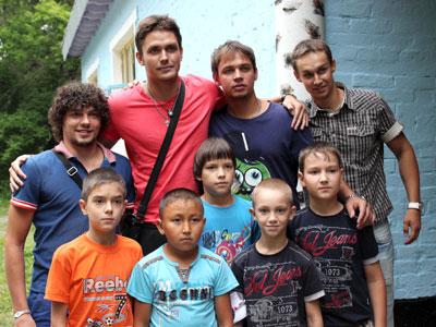 Хоккеисты «Казцинка-Торпедо» побывали в детском лагере