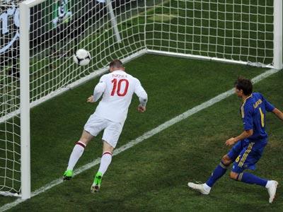 Уэйн Руни забивает победный гол