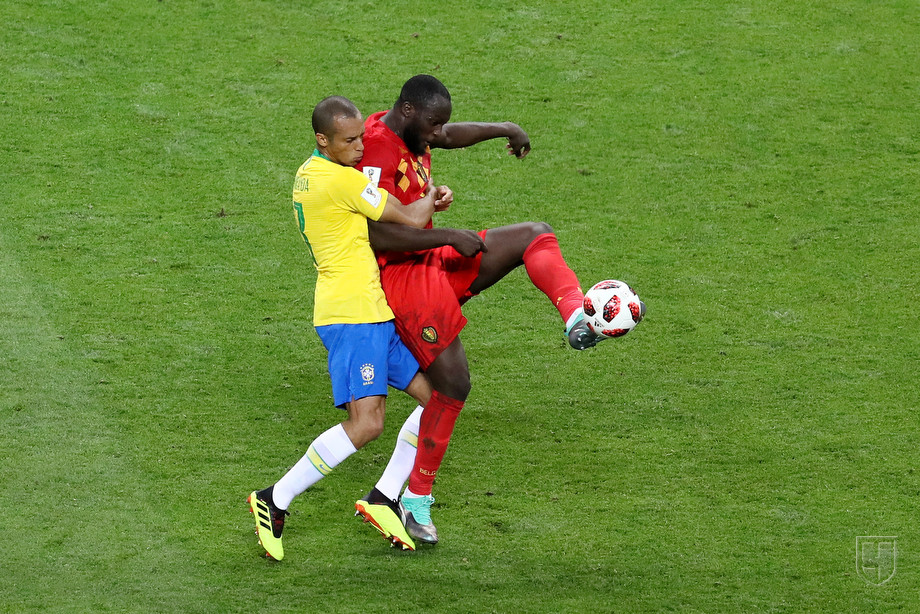 Ромелу Лукаку борется за мяч с Жоао Миранда
