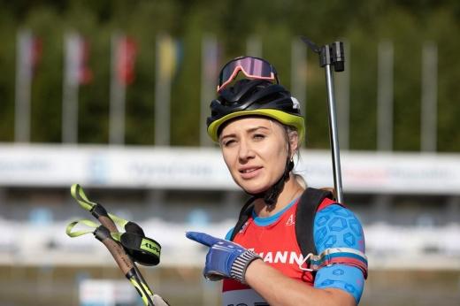«Это непростительно». Российскую биатлонистку на летнем ЧМ наказали за лишний выстрел