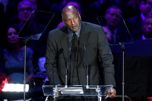 Майкл Джордан данком разбил щит во время выставочного матча в Италии