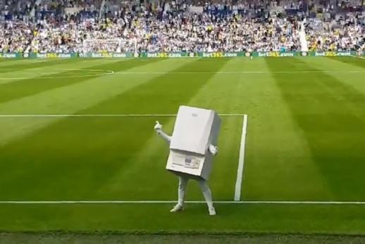 Самый смешной маскот в истории футбола. Такого вы ещё не видели!