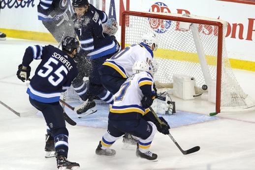 Клуб НХЛ победил, забив в сдвинутые ворота. Засчитали бы такой гол в КХЛ?