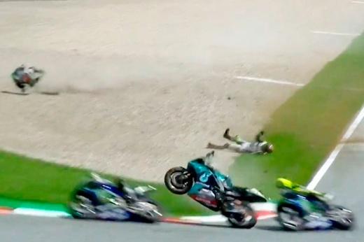 Пугающая авария в MotoGP: в легендарного Росси чуть не влетел байк на скорости под 300
