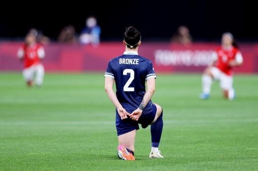 Нельзя, но если очень хочется… На Олимпиаде-2020 спортсменки безнаказанно встали на колено