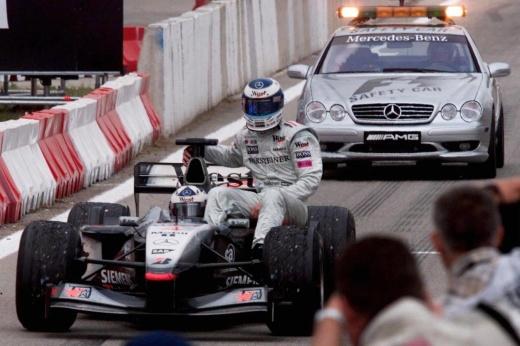 Драма в Ф-1: Шумахер уже признал поражение, но «Мерседес» лидера сгорел на последнем круге