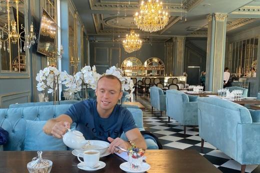 Глушаков в Грозном живёт рядом с улицей Путина, ходит по музеям и уже выучил лезгинку