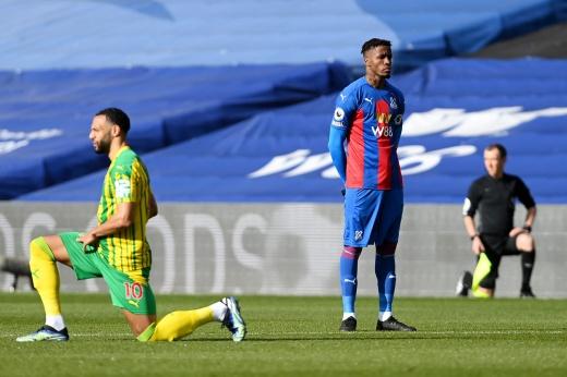 Темнокожий игрок не встал на колено перед матчем в Англии. Он не согласен с этой акцией