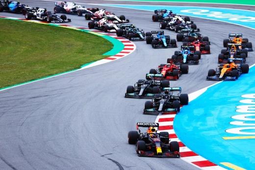 Никита Мазепин преклонил колено перед гонкой Гран-при Испании Формулы-1 — в честь Дня Победы