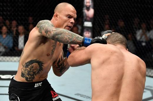 Такому боксу позавидует сам Тайсон. Судья с трудом успокоил «поплывшую» легенду UFC. Видео