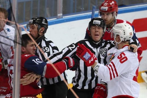 Игрок «Локомотива» сошёл с ума. Он врезал судье по лицу и стал заводить трибуны