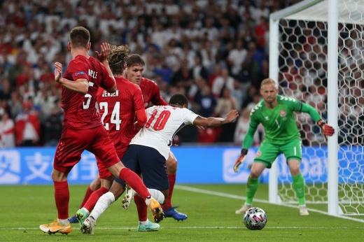 «Это не пенальти». Судьи тащат Англию к победе на Евро?
