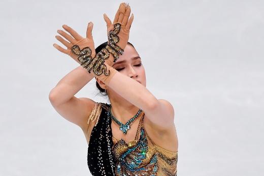 Алина Загитова представила программу «Внутренний свет» на шоу Тутберидзе — объятия с Глейхенгаузом, неудачный костюм