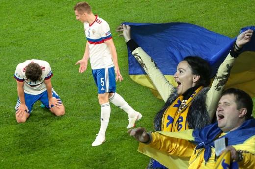 «Они всё-таки встали на колени, но после матча». На Украине радуются провалу России