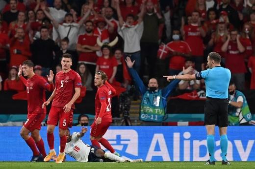 «Самое большое ограбление». Судью нещадно критикуют за пенальти в ворота Дании на Евро