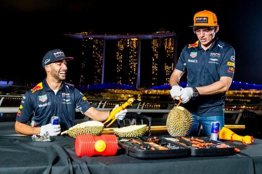 Пахучий фрукт победил гонщика Ф-1. В забавном видео Максу не помогли молоток и ножка стула