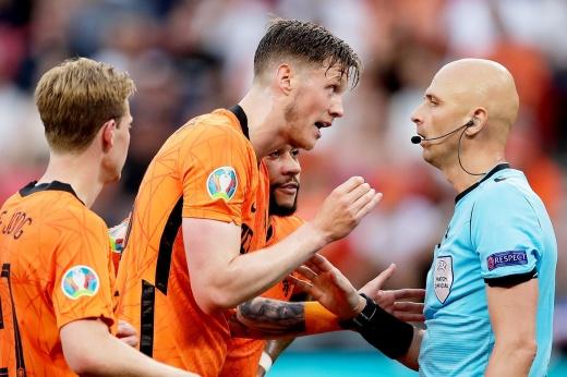 Карасёв приговорил голландцев? Удаление от российского судьи решило судьбу игры с Чехией