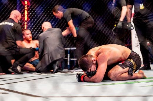 Гэтжи отчаянно пытался сдаться, но Хабиб задушил его до потери сознания! Видео