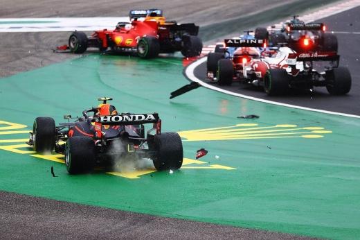 Окон выиграл Гран-при Венгрии после крупной аварии Ферстаппена, Боттаса, Переса, Хэмилтон — 3-й