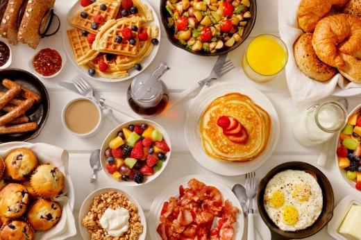 Авокадо-тост против блинчиков: что выбрать на завтрак?