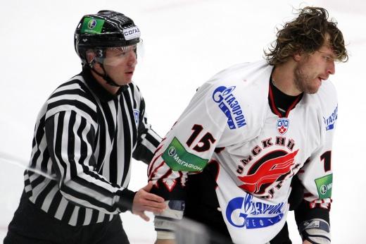 В первый сезон КХЛ Свитов хватал судью за маску и бросал клюшку. «Забанили» лишь на 5 игр