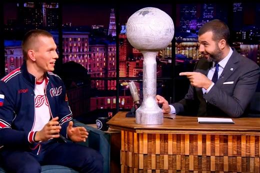 «Реально обиделся на норвежцев». Большунов пришёл к Урганту с деревянным «Глобусом»