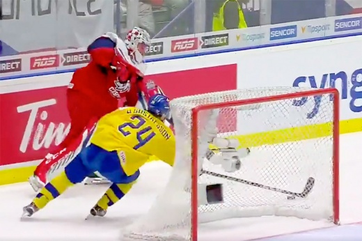 Детская ошибка вратаря сборной Чехии. Достал отдал шайбу шведу, тот забил в пустые ворота