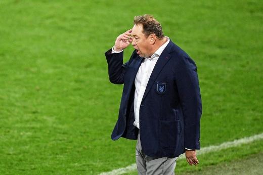 «У футболистов нет желания играть здесь». Почему Слуцкого раздражает поле в Казани