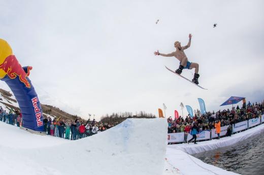 Прыгнуть и замёрзнуть: кто и зачем ныряет в ледяную воду на лыжах?