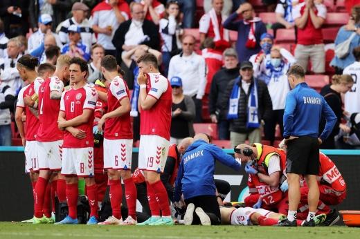 Игрок сборной Дании упал без сознания. Его жизнь спасали на поле, жена плакала