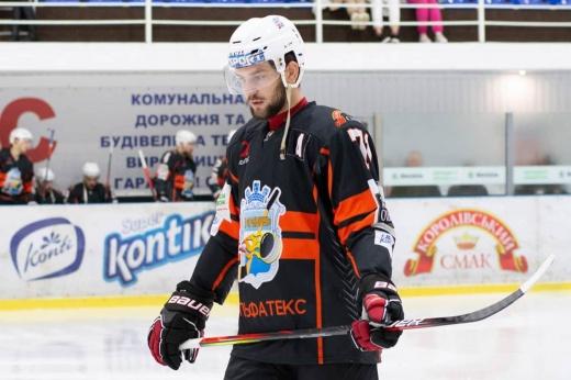Расистский скандал в Украине! Местный хоккеист «очистил банан» перед темнокожим соперником