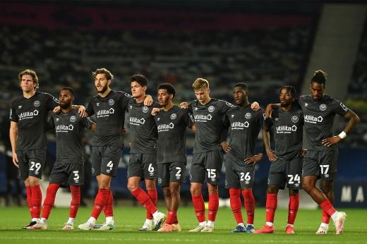 Английская команда отказывается вставать на колено. Борьба с расизмом не работает?