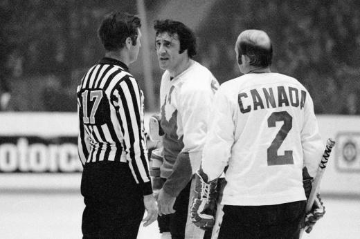 Восьмой матч Суперсерии-1972, канадец Алан Иглсон показывает средний палец советским трибунам