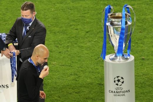После финала Лиги чемпионов Гвардиола поцеловал серебряную медаль. Почему?