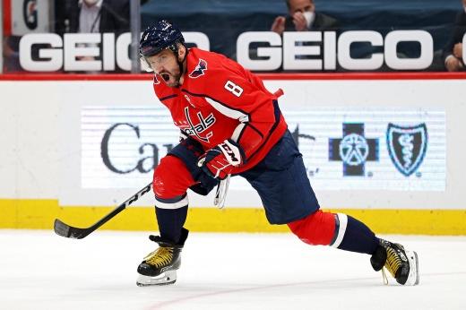 «Сейчас он — самый беспощадный снайпер НХЛ». Овечкин резко включился в борьбу за «Ришара»