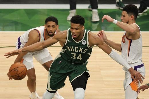 «Милуоки Бакс» обыграл «Финикс Санз» и сравнял в серии финала НБА, Яннис Адетокунбо поставил невероятный блок-шот