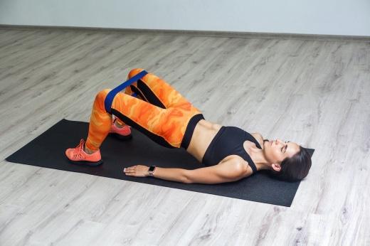 Идеально для новичка: как тренироваться дома с фитнес-резинкой