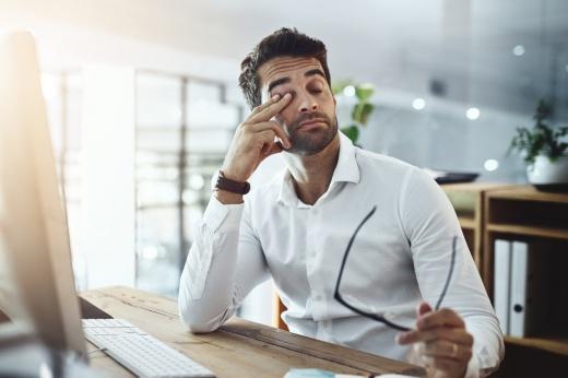 Усталый взгляд: упражнения для снятия напряжения после работы за компьютером