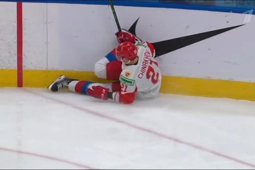 Один из лидеров сборной России получил травму. Чинахов влетел в борт после фола австрийца