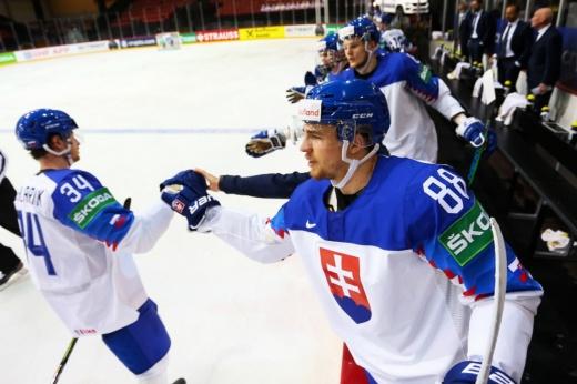 Защитник сборной Беларуси Евгений Лисовец получил травму в матче ЧМ и покинул лёд на носилках, видео момента