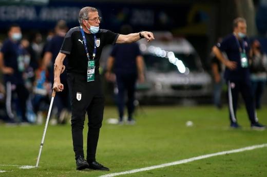 «Иногда я чувствую себя чуточку лучше». Тренер Уругвая работает с костылями и на коляске